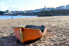 Bateau éclaté, se reposant sur la plage Photos libres de droits
