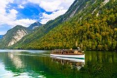Bateau électrique dans Koenigssee, Konigsee, PA nationale de Berchtesgaden images stock