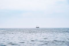 Bateau éloigné de crevette sur la Mer du Nord Photo libre de droits