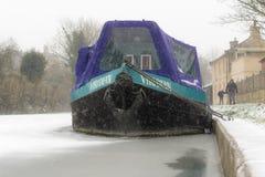 Bateau étroit sur le canal congelé dans la neige Image stock