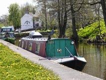 Bateau étroit sur le canal de Leeds Liverpool chez Barnoldswick en Lancashire R-U Photos libres de droits