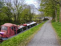 Bateau étroit sur le canal de Leeds Liverpool chez Barnoldswick en Lancashire R-U Images stock