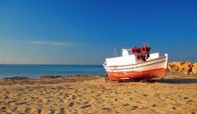 Bateau abandonné à la plage tôt le matin Image stock