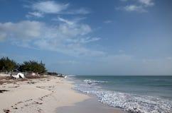 Bateau abandonné échoué sur Isla Blanca Beach sur la mer des Caraïbes chez Cancun Mexique Images stock