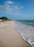 Bateau abandonné échoué sur Isla Blanca Beach sur la mer des Caraïbes chez Cancun Mexique Photographie stock