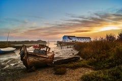 Bateau abandonné par le bord de mer Images libres de droits