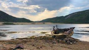 Bateau abandonné sur la côte, timelapse banque de vidéos