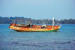 Bateau abandonné sur la mer aux valeurs maximales de concentration au poste de travail de KOH Photographie stock libre de droits