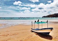 Bateau abandonné sur la plage Image libre de droits