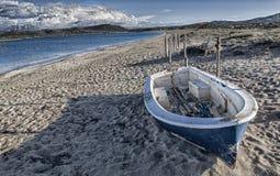 Bateau abandonné sur la plage Photographie stock