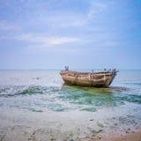 Bateau abandonné sur le bord de la mer Photo libre de droits