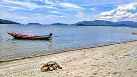 Bateau accouplé sur la plage tropicale Image stock
