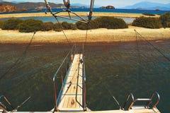 Bateau amarré à la plage sablonneuse dans la belle baie Photographie stock libre de droits