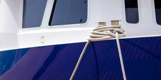 Bateau amarré avec la corde Photo stock