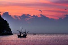 Bateau amarré près de la côte au lever de soleil image libre de droits