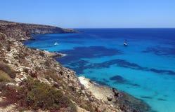 Bateau amarré sur l'île de Lampedusa photo stock