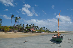 Bateau amarré sur la plage idyllique Images libres de droits