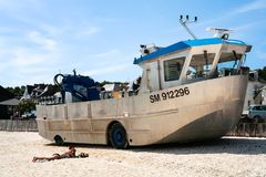 Bateau amphibie sur la plage urbaine en La Houle de port Photo stock