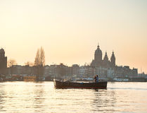 Bateau Amsterdam de couples Photo stock