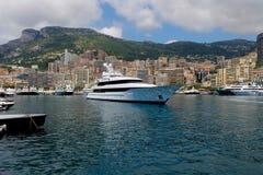 Bateau ancré dans la marina de canotage de méditerranéen luxueux Photos libres de droits