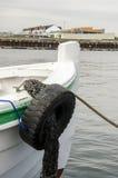 Bateau attaché au dock et aux articles connexes Image libre de droits