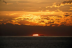 Bateau au coucher du soleil Photos libres de droits