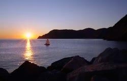 Bateau au coucher du soleil Photo stock