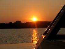 Bateau au coucher du soleil Photographie stock libre de droits