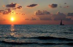 Bateau au coucher du soleil Images stock