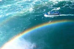 Bateau au-dessus des arcs-en-ciel aux chutes du Niagara dans le Canada de Toronto images stock