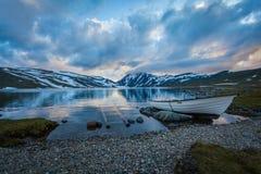 Bateau au lac photographie stock libre de droits
