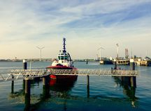 Bateau au port Rotterdam au coucher du soleil Image libre de droits