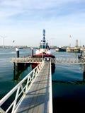 Bateau au port Rotterdam au coucher du soleil Photos stock