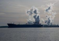 Bateau au raffinerie de pétrole Photographie stock libre de droits