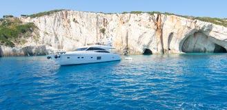 Bateau aux cavernes bleues en Grèce Photographie stock