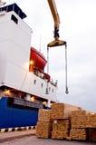 Bateau aux docks attendant la cargaison de bois de construction Image libre de droits