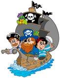 Bateau avec de divers pirates de dessin animé Photos stock