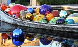 Bateau avec des boules de verre soufflé Photographie stock libre de droits