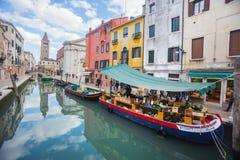 Bateau avec des fruits et légumes à Venise photographie stock