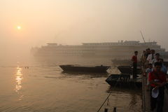 Bateau avec des passagers sur le fleuve de Yang Tsé Kiang dans le lever de soleil Photos libres de droits