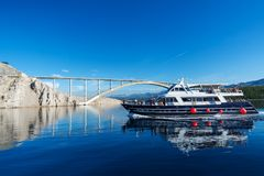 Bateau avec des touristes Pont sur l'île de Krk en Croatie photographie stock libre de droits