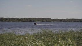 Bateau avec des tours de moteur sur le lac banque de vidéos