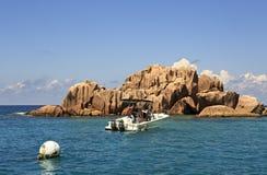 Bateau avec le tourisme près des rochers énormes de granit du St Photographie stock libre de droits