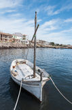 Bateau avec le village de pêche à l'arrière-plan Images stock