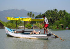 Bateau avec un homme en rivière dans la jungle dans l'Inde Photo libre de droits