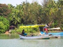 Bateau avec un homme en rivière dans la jungle dans l'Inde Photographie stock libre de droits