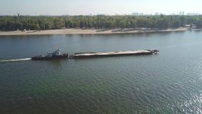 Bateau avec une péniche sur la rivière Dnieper banque de vidéos