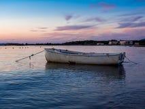 Bateau blanc isolé sur la mer toscane Image stock