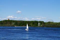 Bateau blanc sur la rivière de St Laurent Images libres de droits