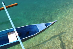 bateau bleu à la plage de sulamadaha Photographie stock libre de droits